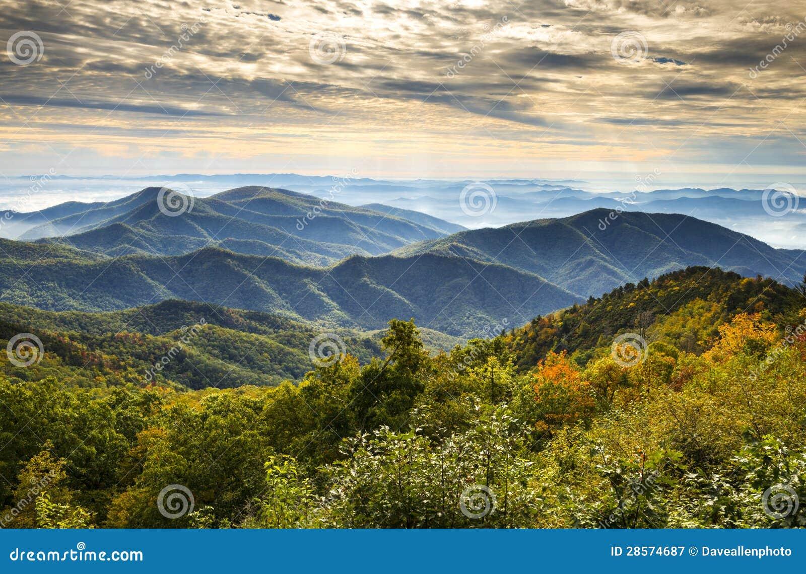 Paesaggio scenico di autunno delle montagne di Ridge della strada panoramica di alba blu del parco nazionale