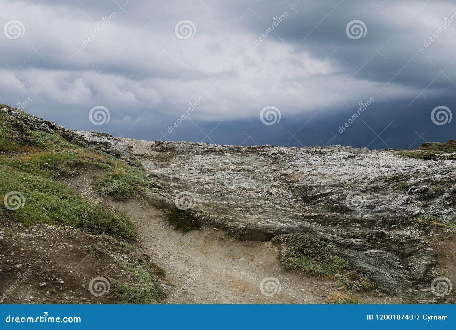 Paesaggio selvaggio tipico in Bretagna con il cielo nuvoloso scuro stupefacente, campagna desolata unica con nessuno