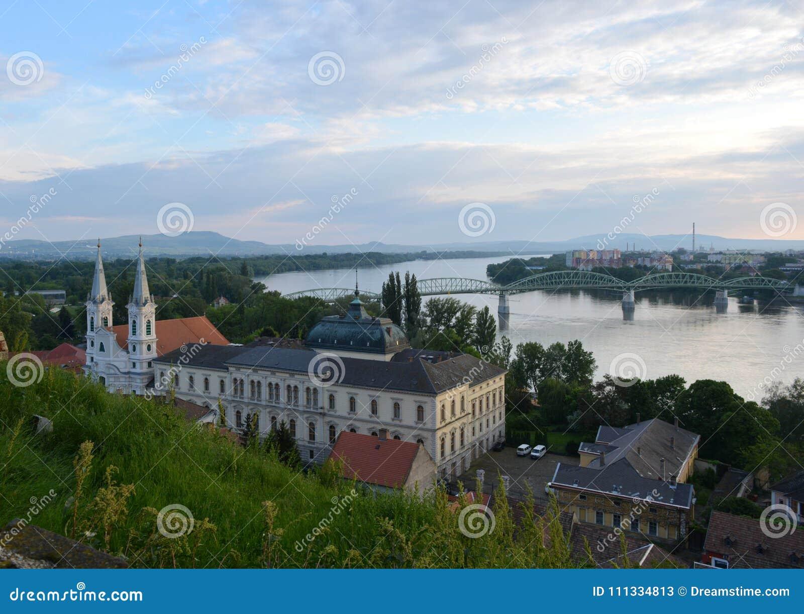 Paesaggio storico a Esztergom con Danubio