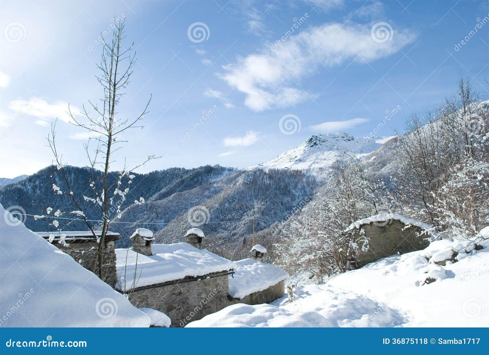 Download Paesaggio sulla montagna fotografia stock. Immagine di italia - 36875118