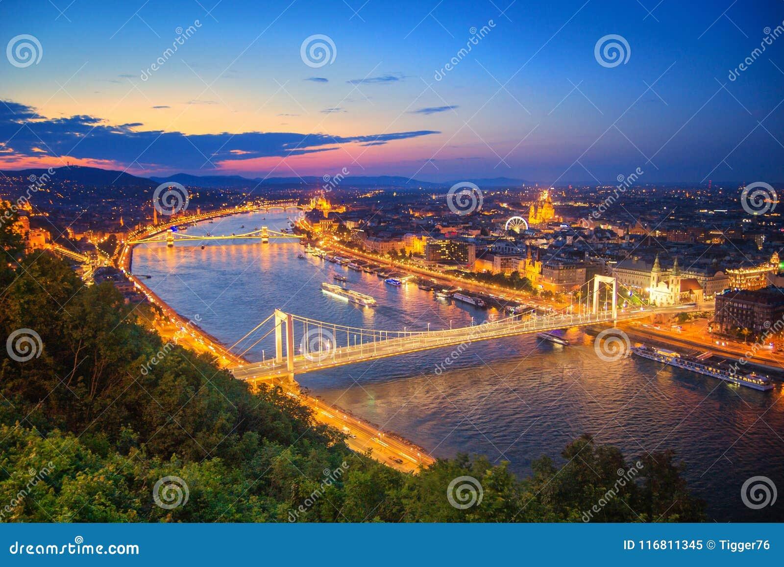 Paesaggio urbano di Budapest al crepuscolo