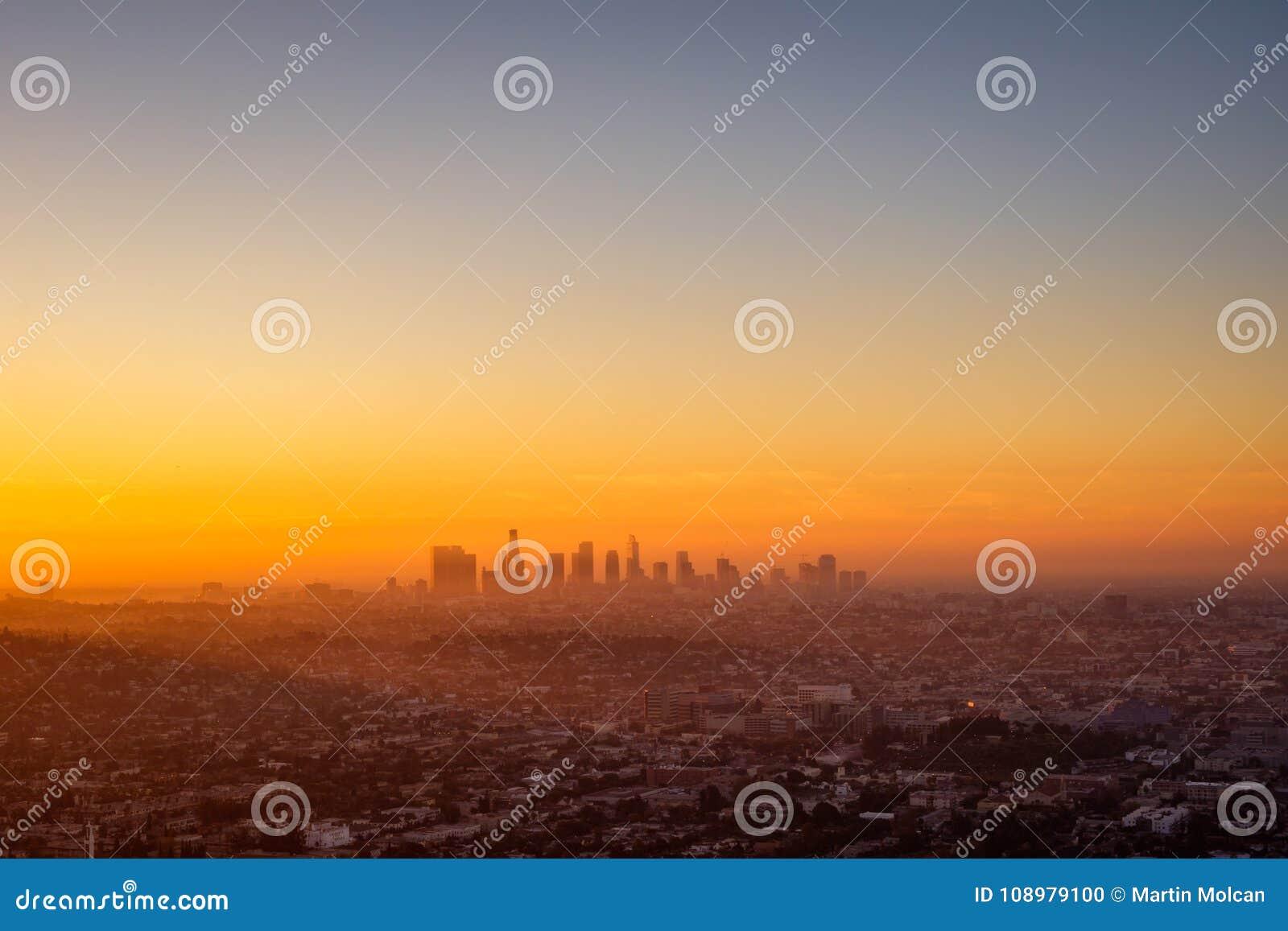 Paesaggio urbano di Los Angeles osservato dall osservatorio di Griffith ad alba