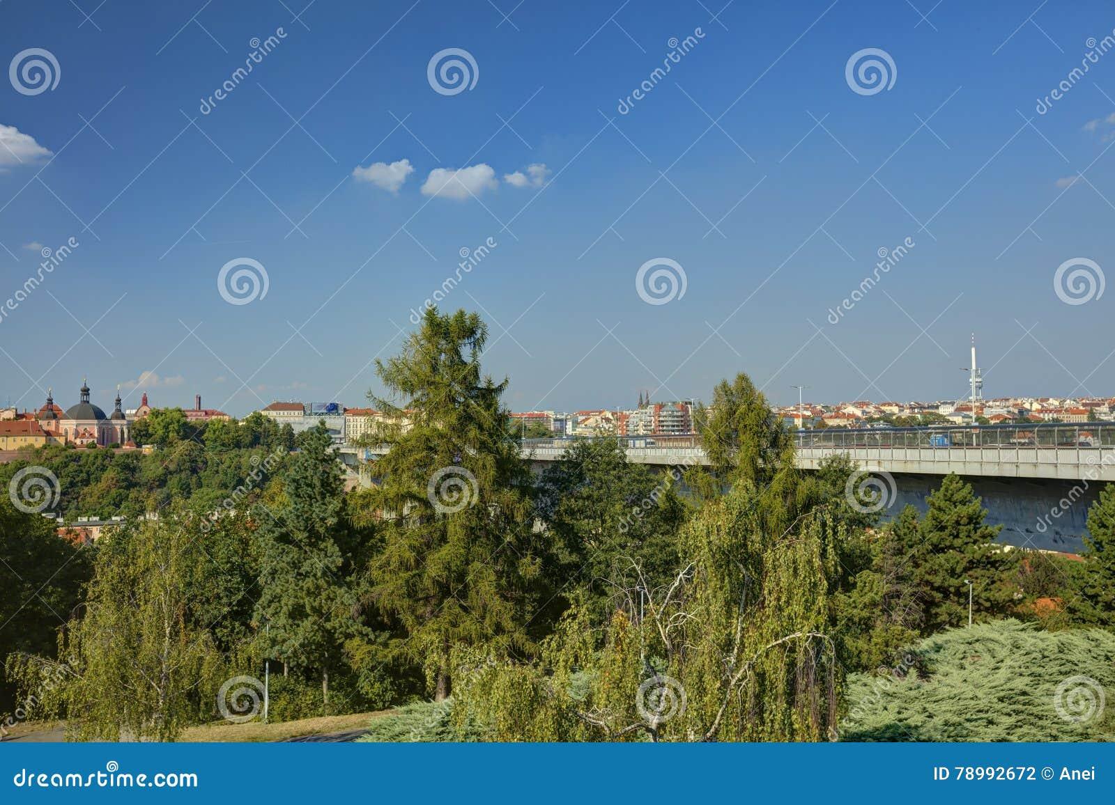 Paesaggio urbano di Praga ed il ponte di Nusle & il x28 famosi; Most& x29 di Nuselsky; in sole di sera, la repubblica Ceca