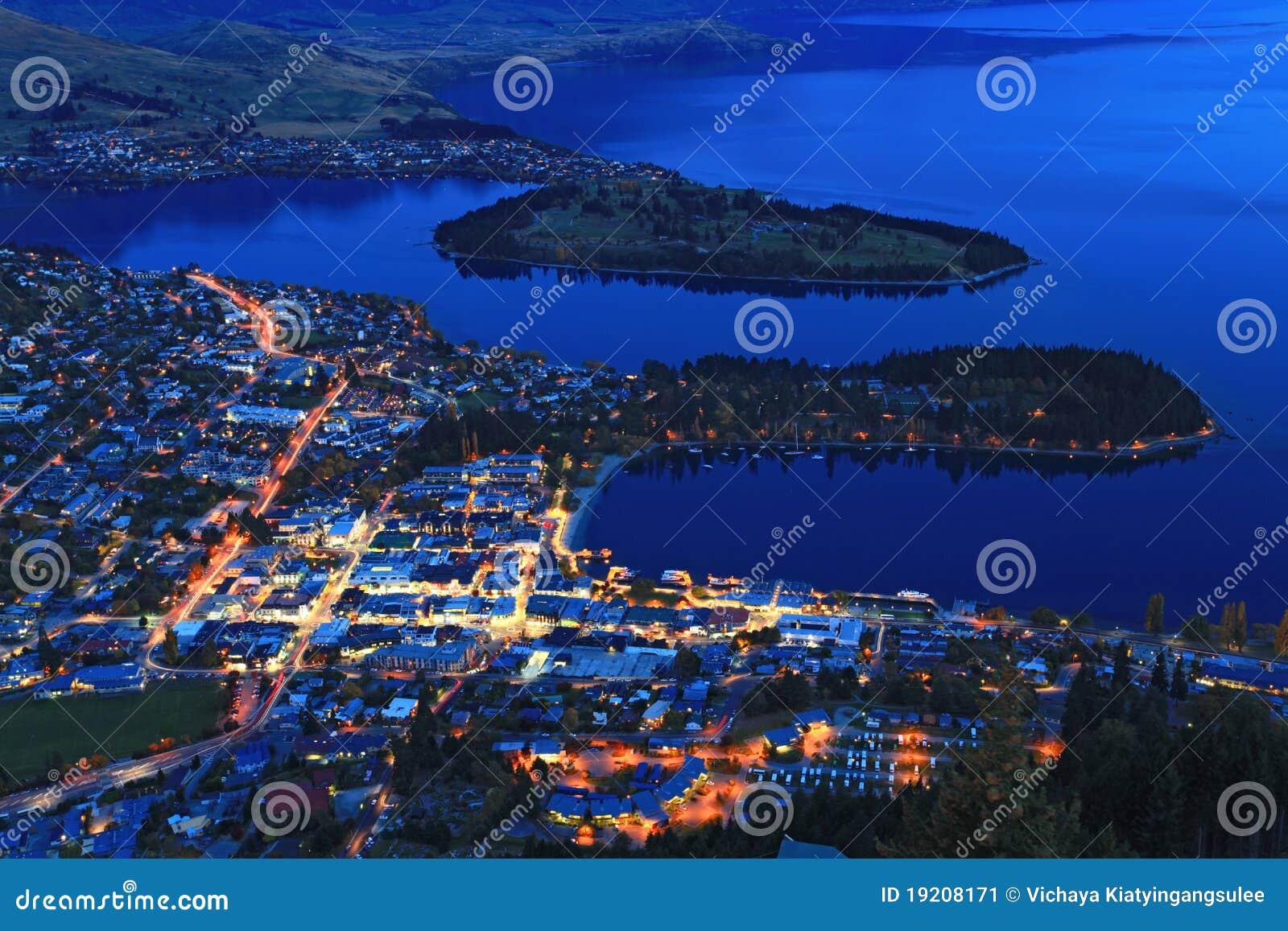 Paesaggio urbano di Queenstown al crepuscolo