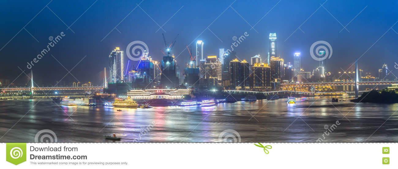 Paesaggio urbano e orizzonte di Chongqing alla notte