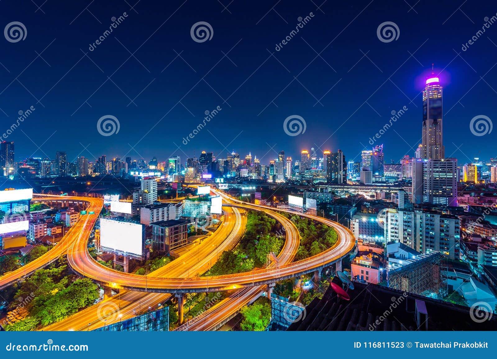 Paesaggio urbano e traffico alla notte a Bangkok, Tailandia