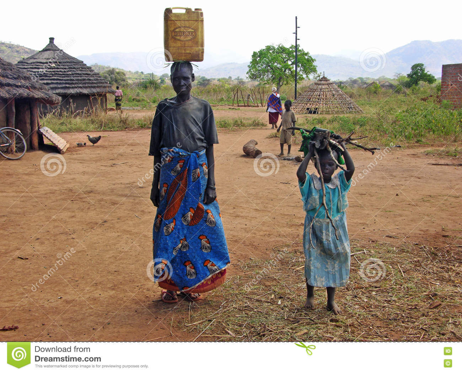 Paesani africani del bambino & della donna che fanno vita quotidiana del villaggio di lavoretti & del lavoro