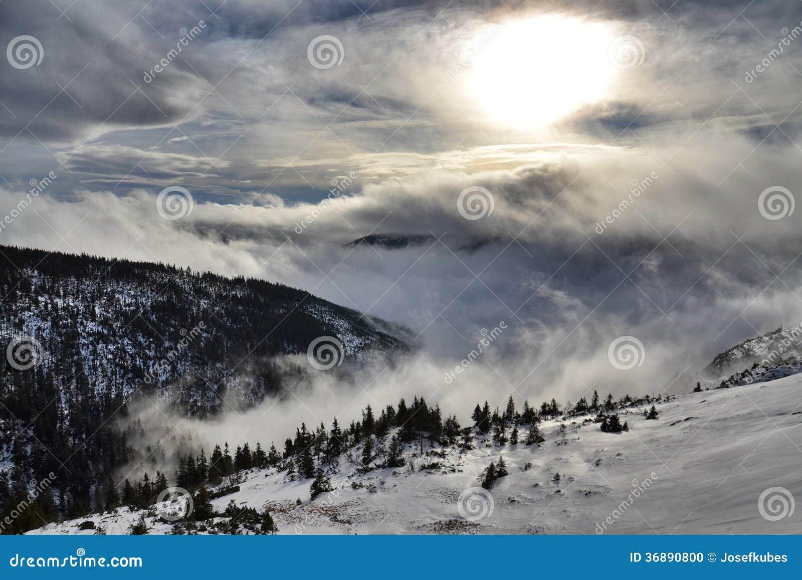 Download Paese di Snowy fotografia stock. Immagine di costruzione - 36890800