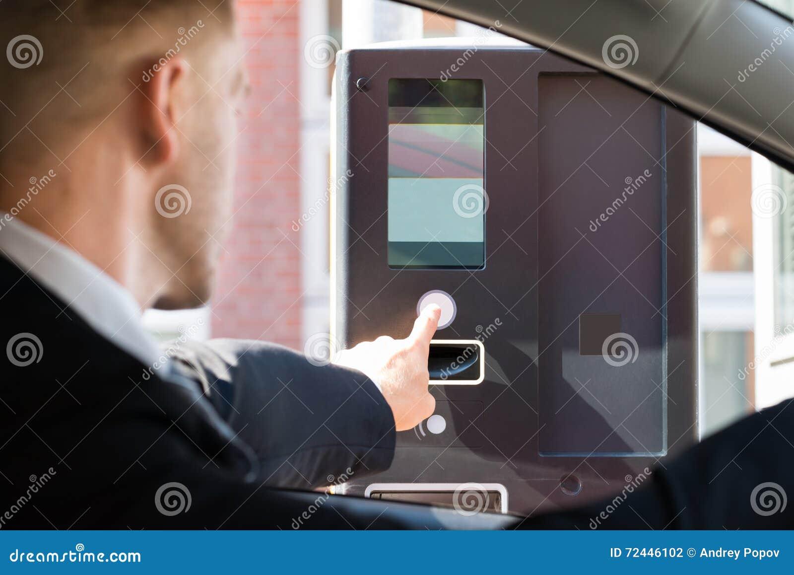 Paga de Person Using Parking Machine To para parquear