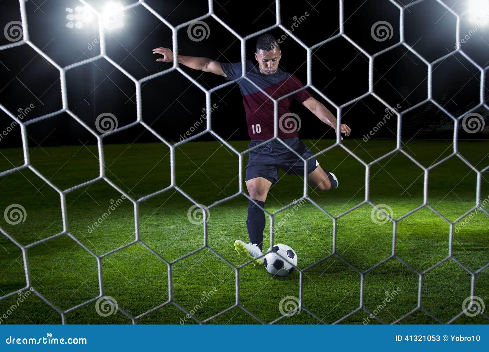 Pagador hispánico del fútbol listo para tirar durante un juego