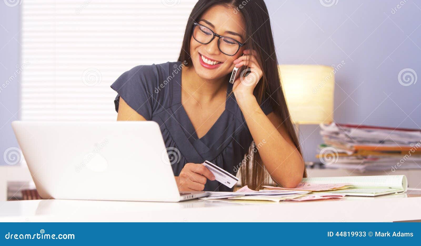 Pagamentos de confirmação da mulher japonesa sobre o telefone