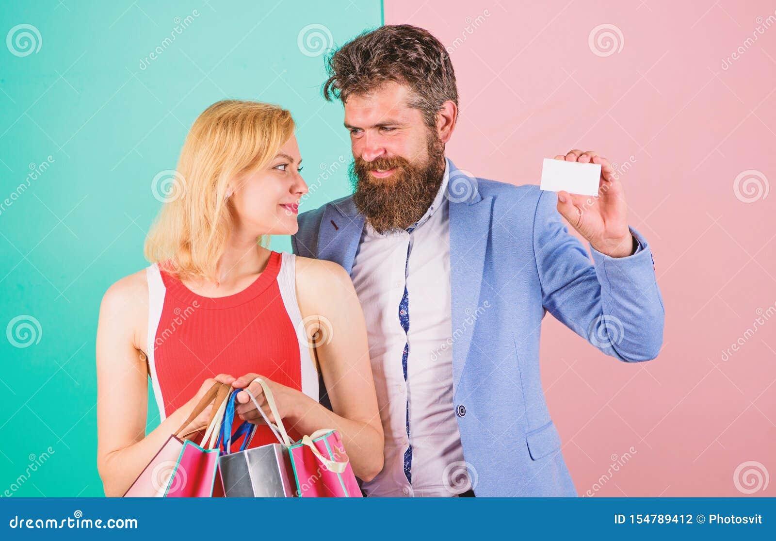 Pagar la dataci?n del rato Pares con los bolsos de lujo en centro comercial La tarjeta y la muchacha barbudas de cr?dito del cont