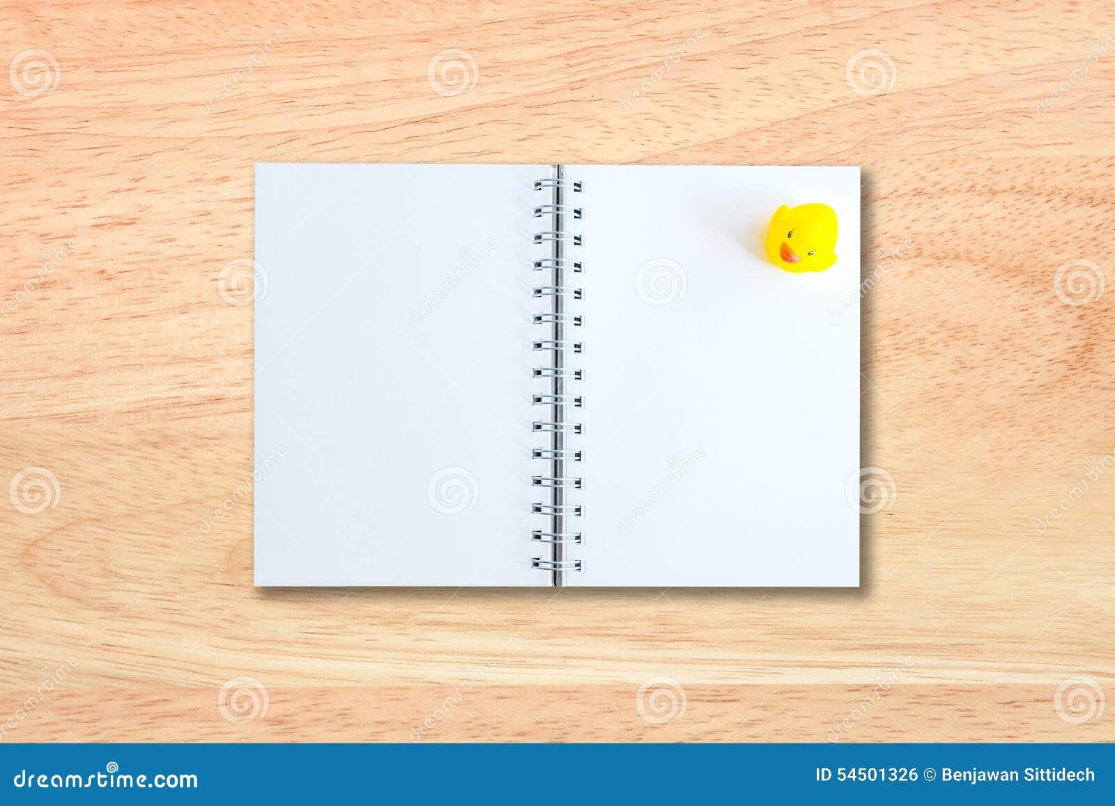 Page blanc de carnet sur la texture en bois