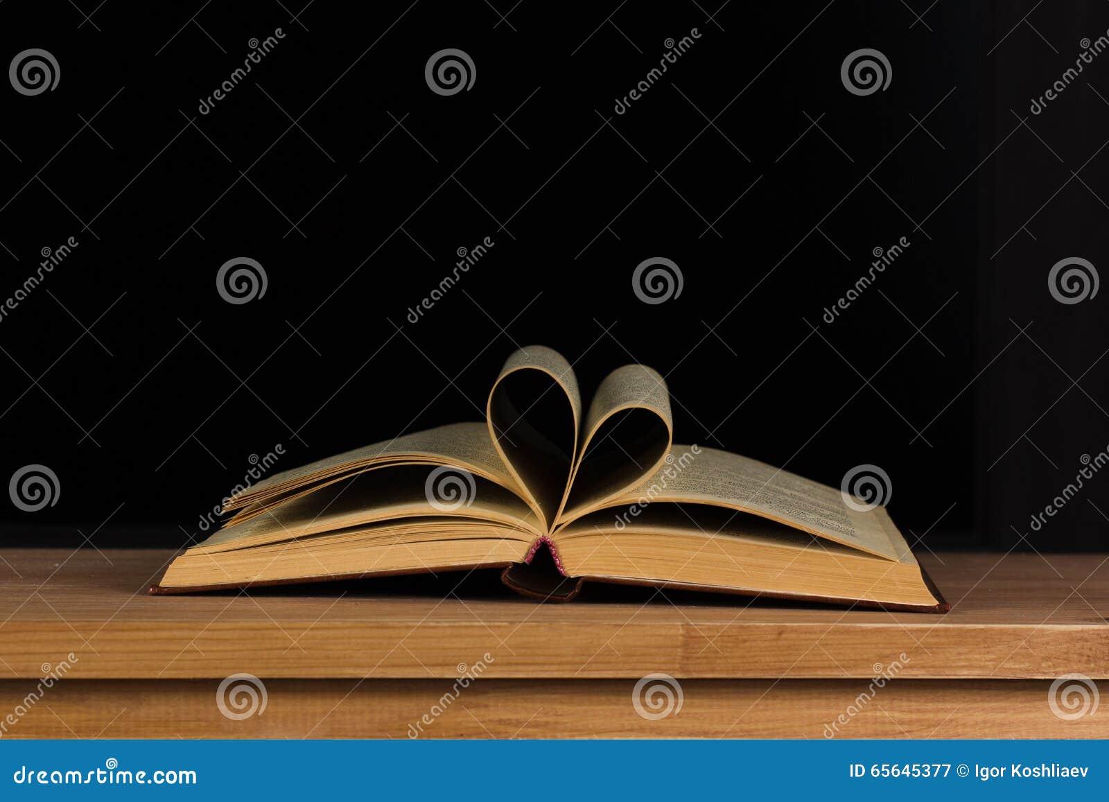 Pages d un livre sous forme de coeur