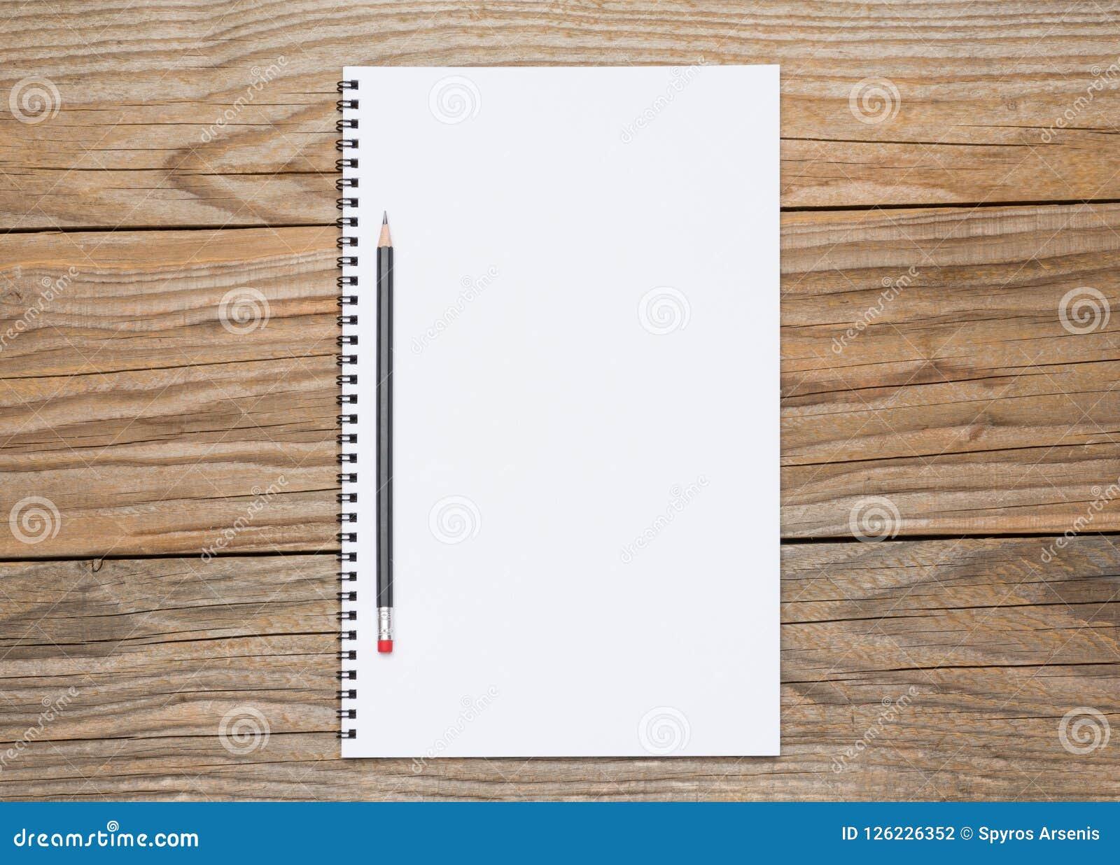 Pagina in bianco di uno sketchbook con una matita nera