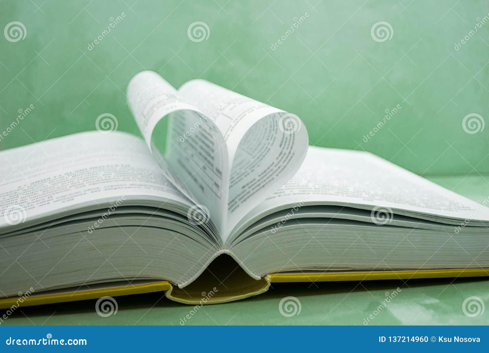 Pagina s van een boek dat in een hartvorm wordt gebogen