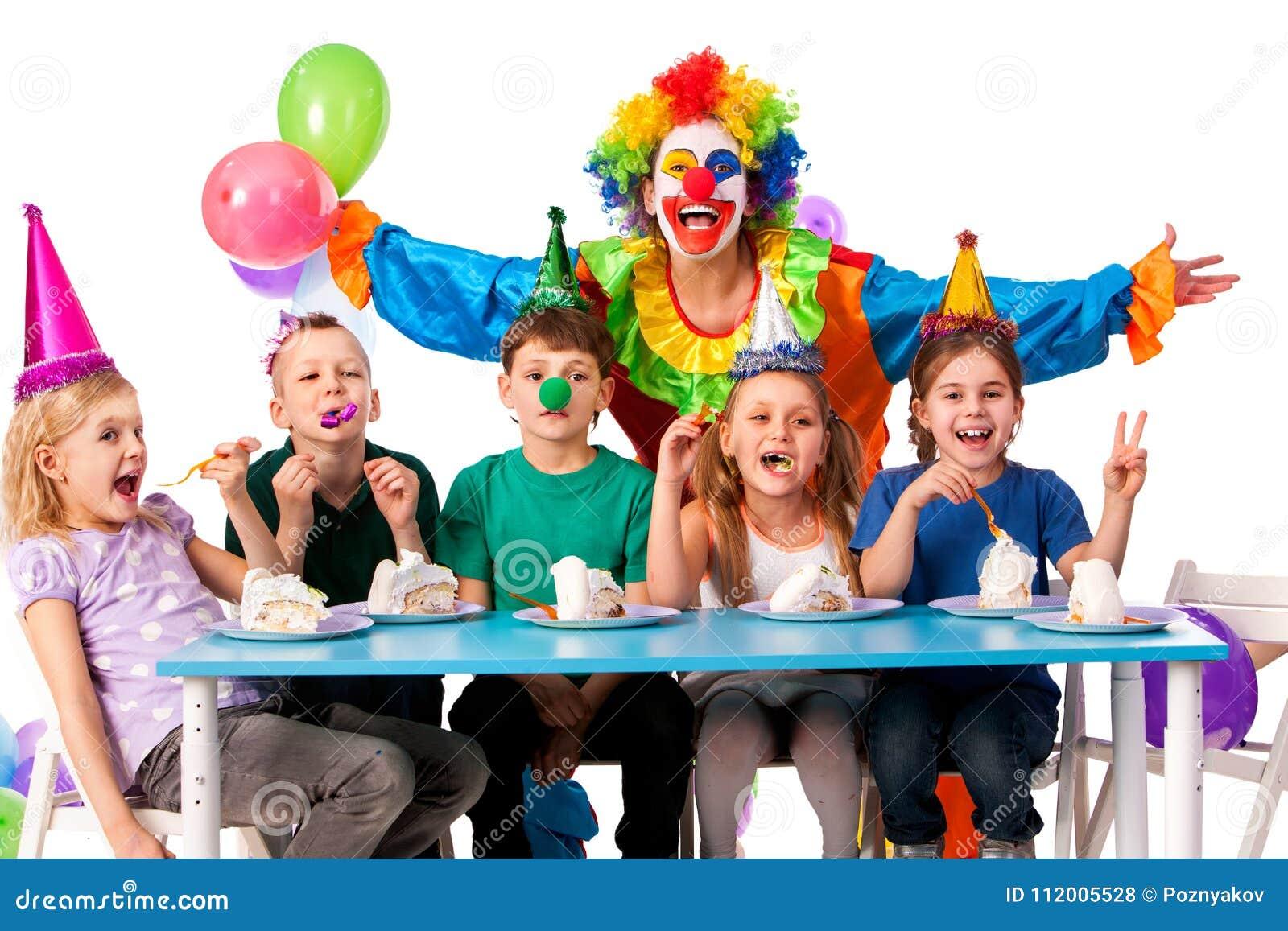 Pagliaccio del bambino di compleanno che gioca con i bambini La festa del bambino agglutina celebratorio