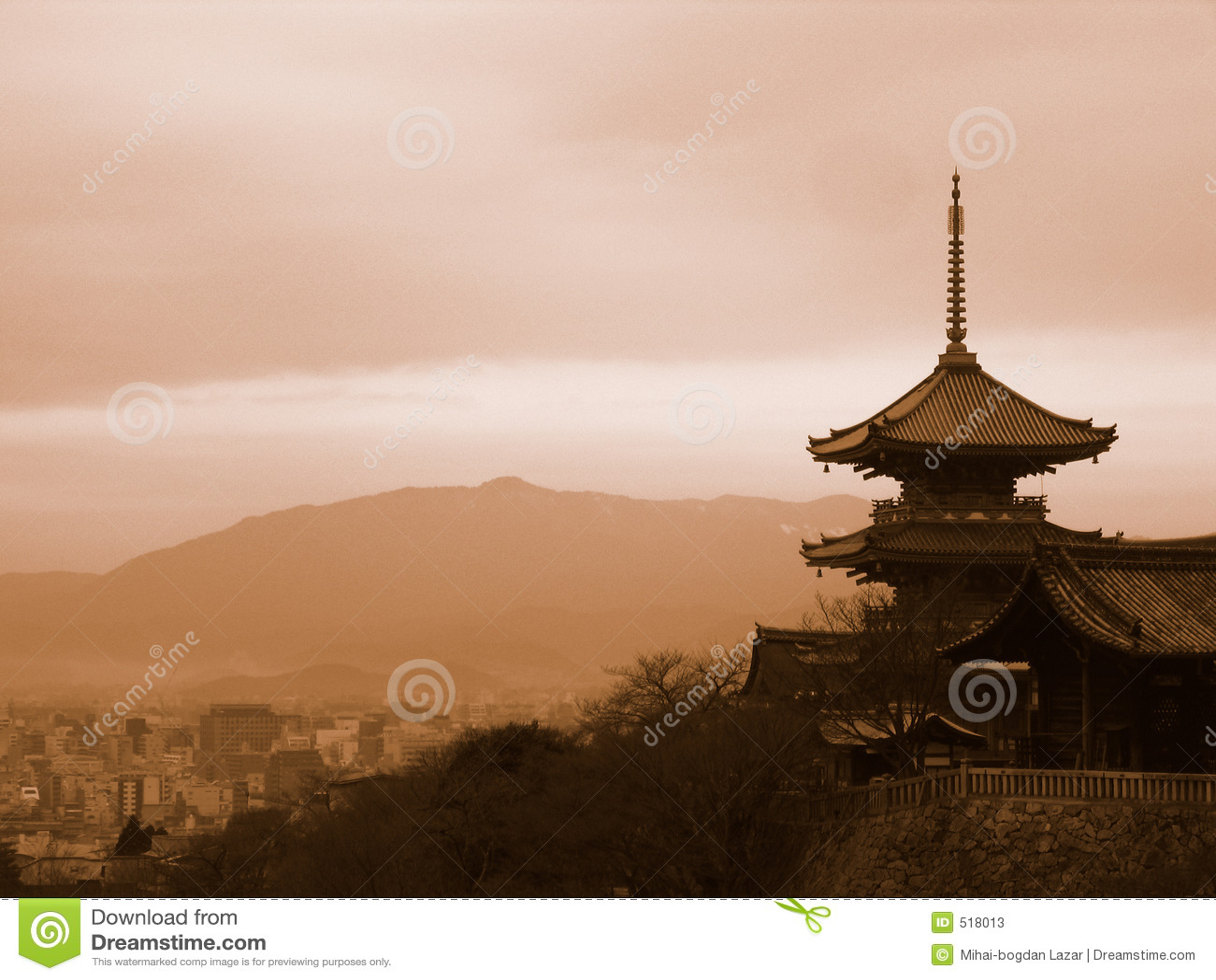 Pagoda che trascura Kyoto Giappone