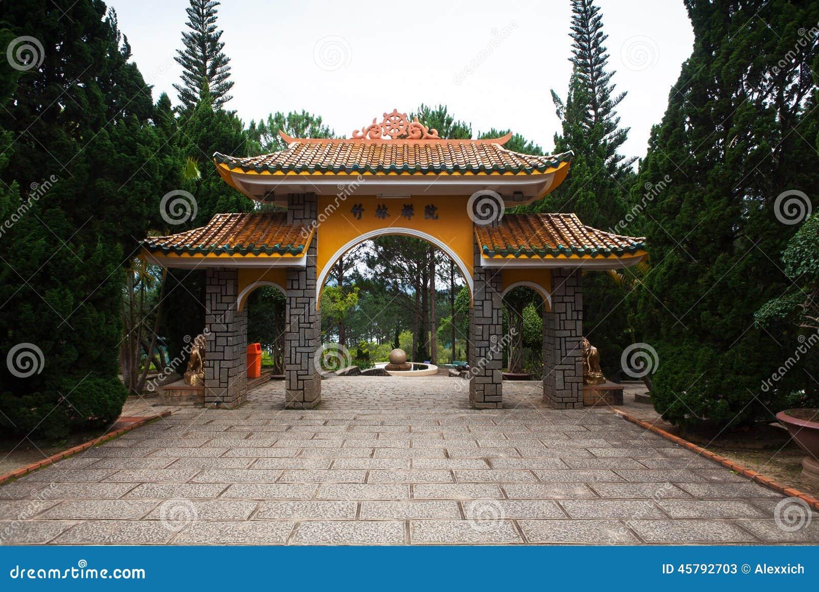 Pagoda de la puerta al monasterio Dalat Vietnam