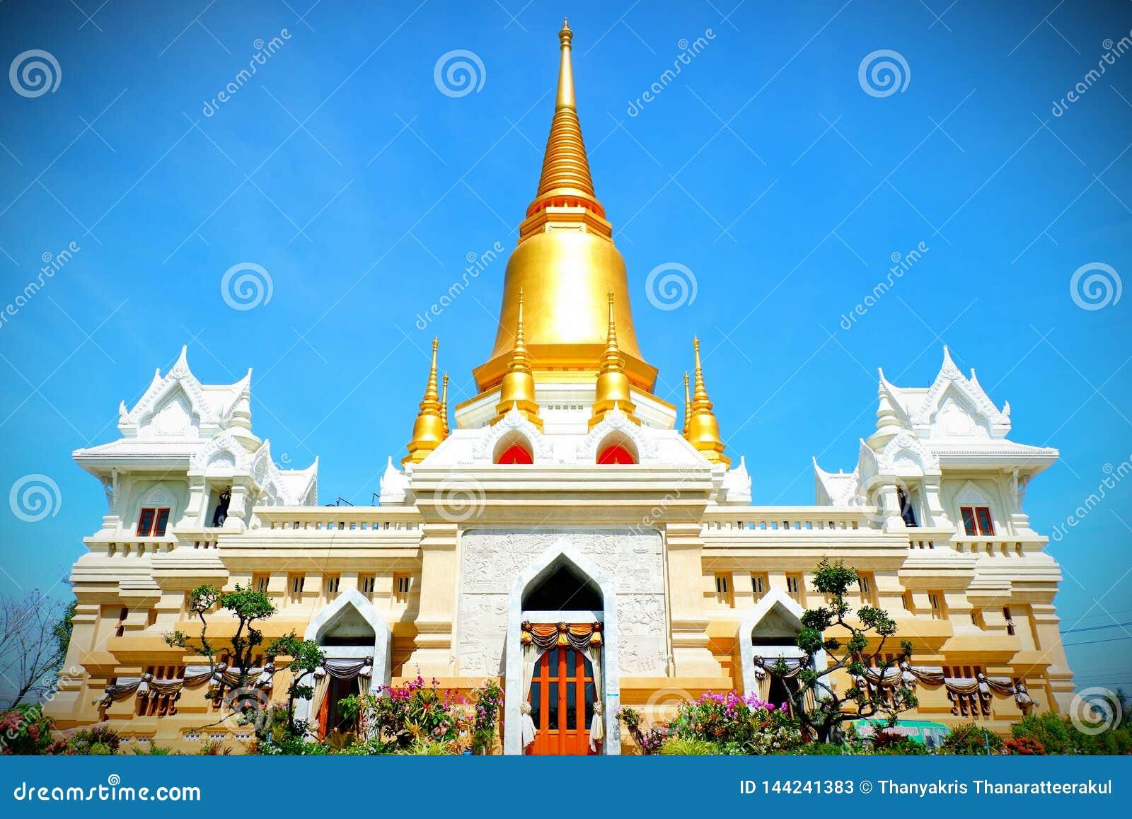 Pagoda de oro en el templo