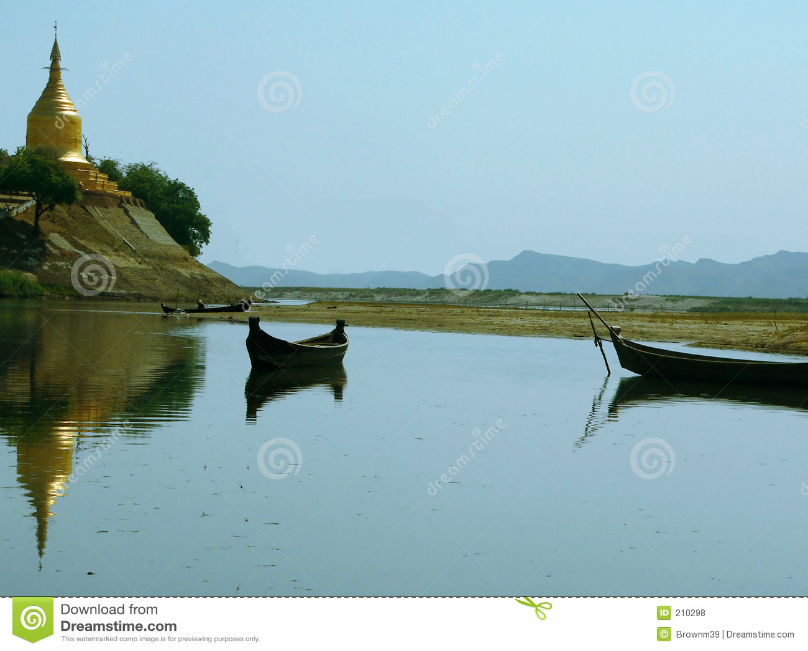 Pagoda di Lawkananda osservato dal fiume di Irrawaddy