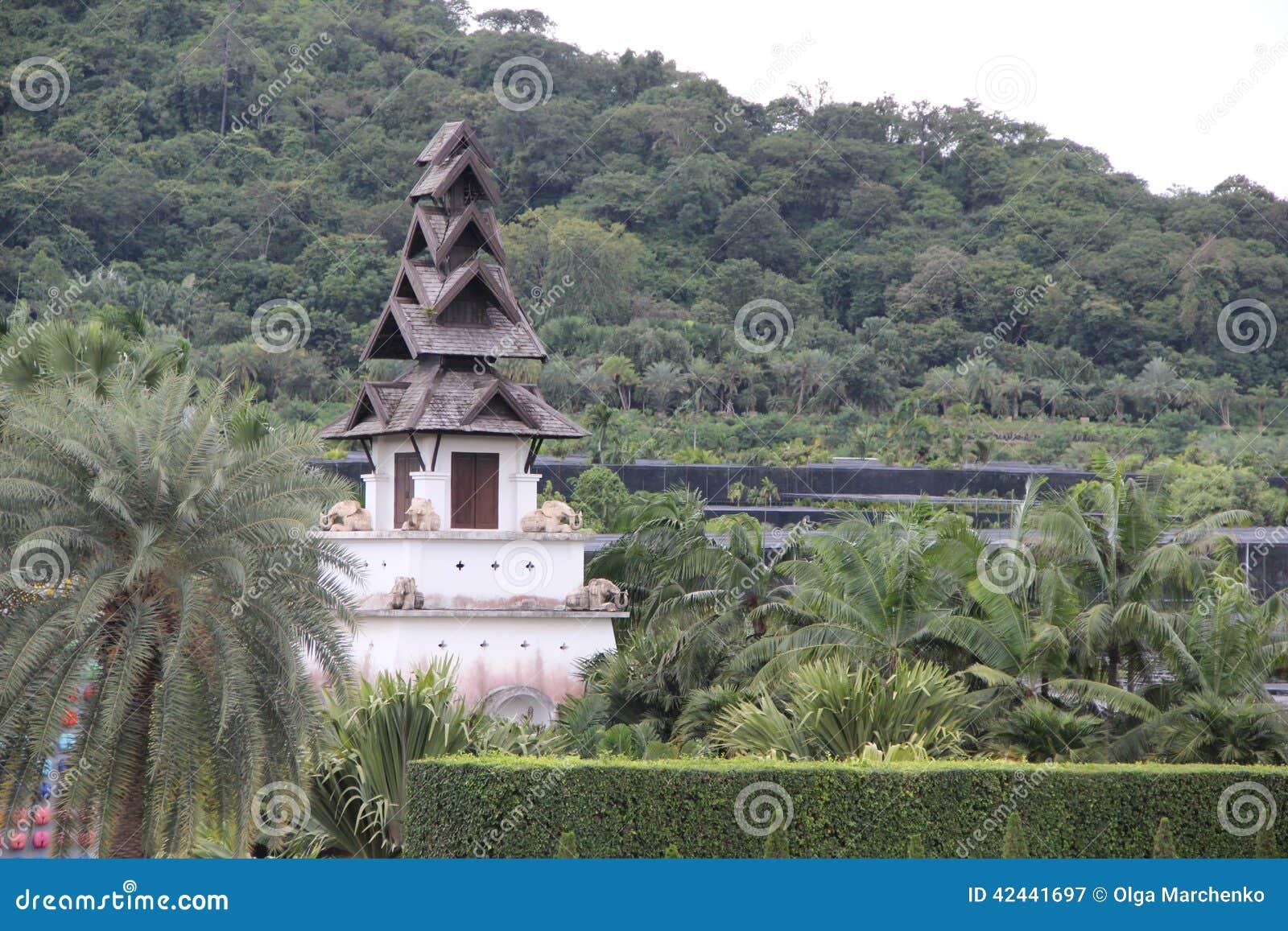 Pagoda en el jardín tropical de Tailandia