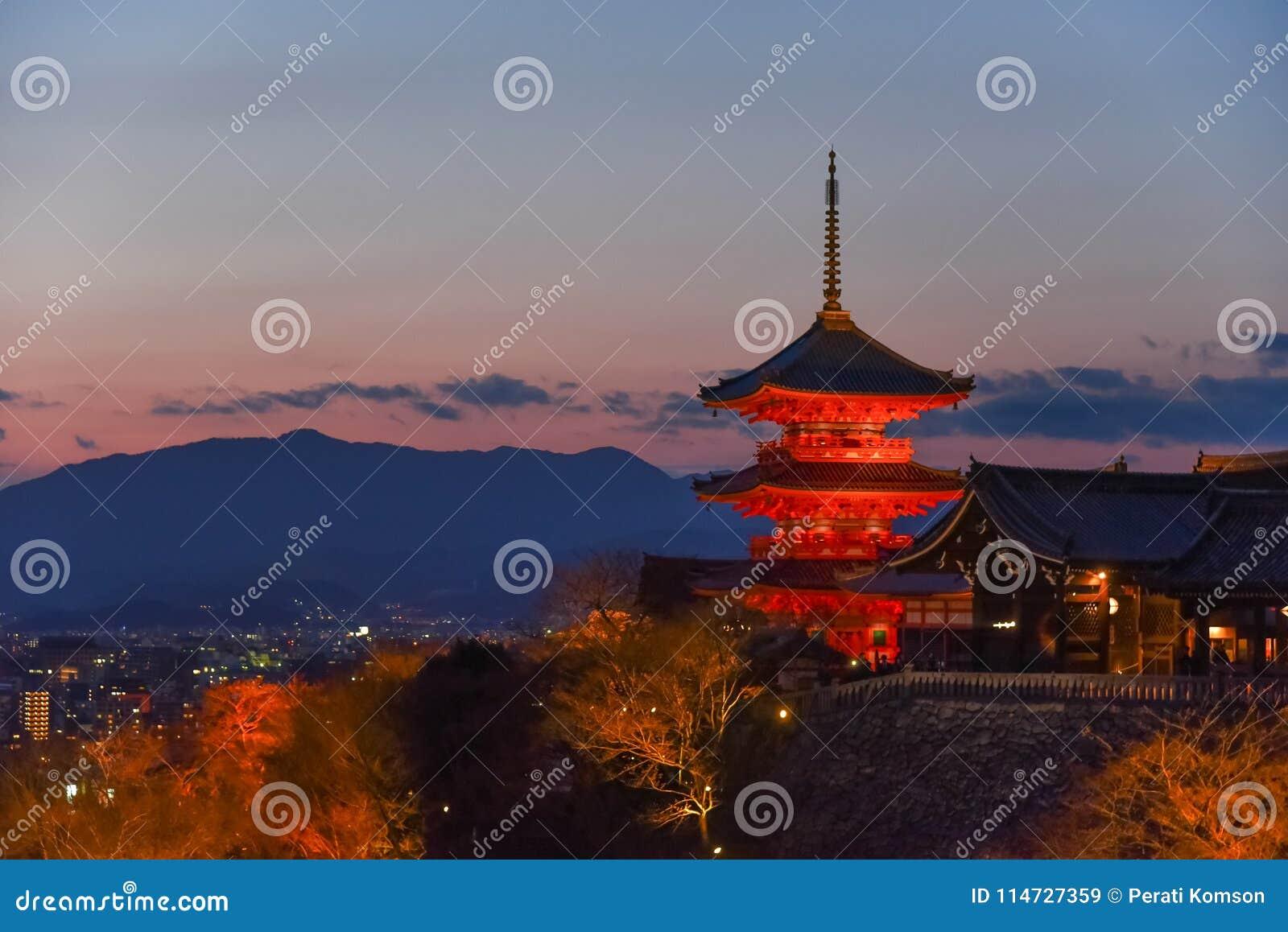 Pagoda Kiyomizu świątynia podczas zmierzchu, Kyoto, Japonia