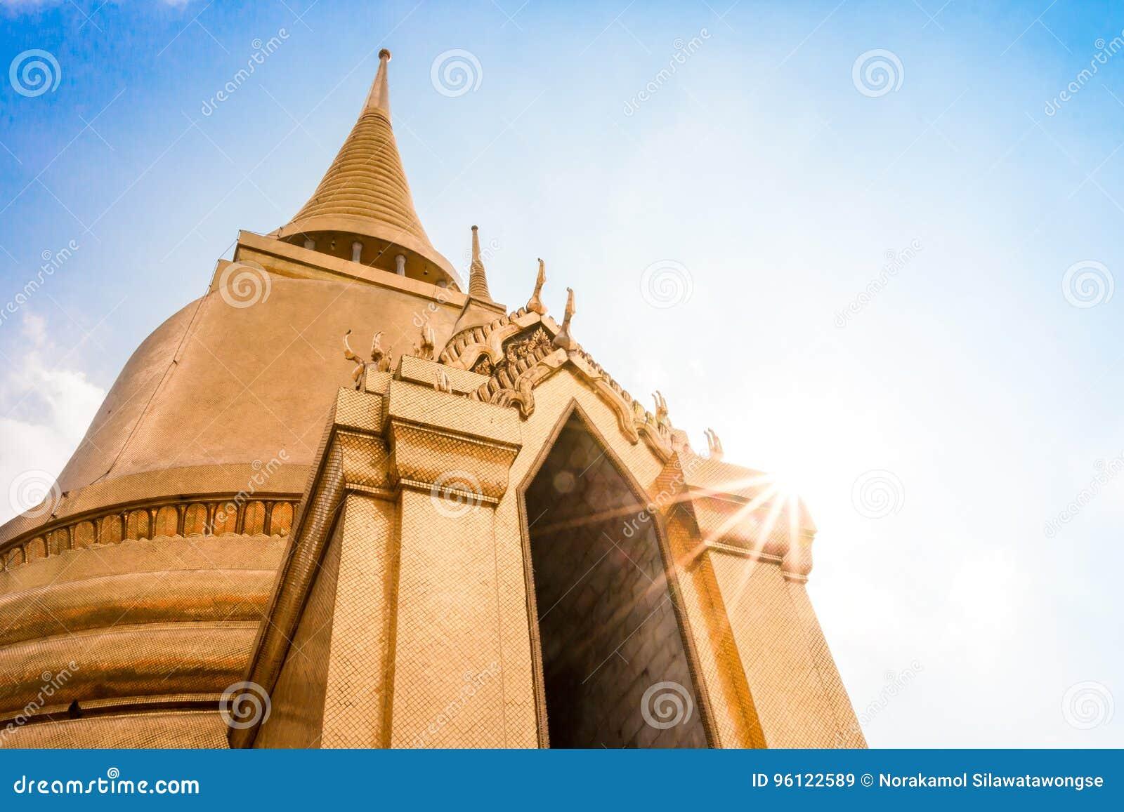 Pagoda tailandesa en Bangkok con el cielo azul soleado