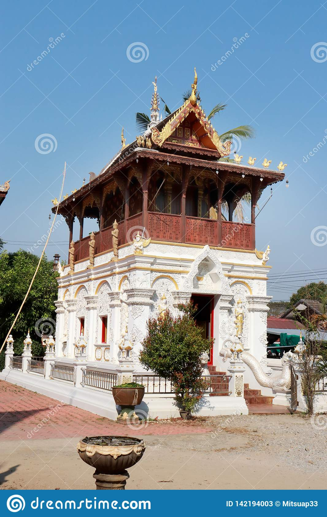 Pagodas au milieu de la cour, un temple louche pendant la journée