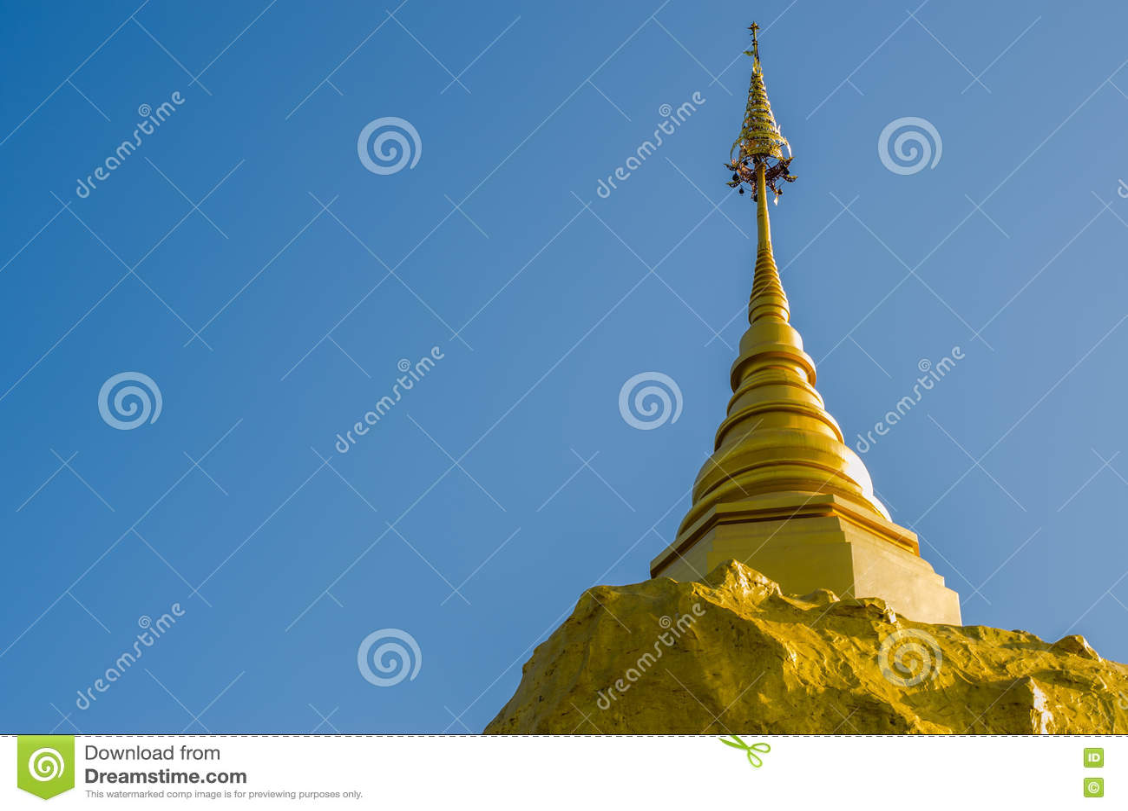 Pagode de Phadan na rocha mountian, dourada, Sakonnakorn Tailândia