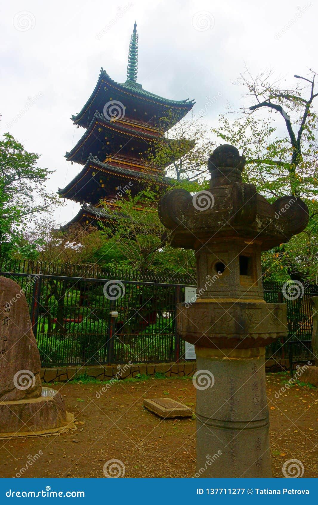 Pagode do templo de Kaneiji no parque de Ueno no Tóquio Lanterna de pedra velha do santuário do shintoism