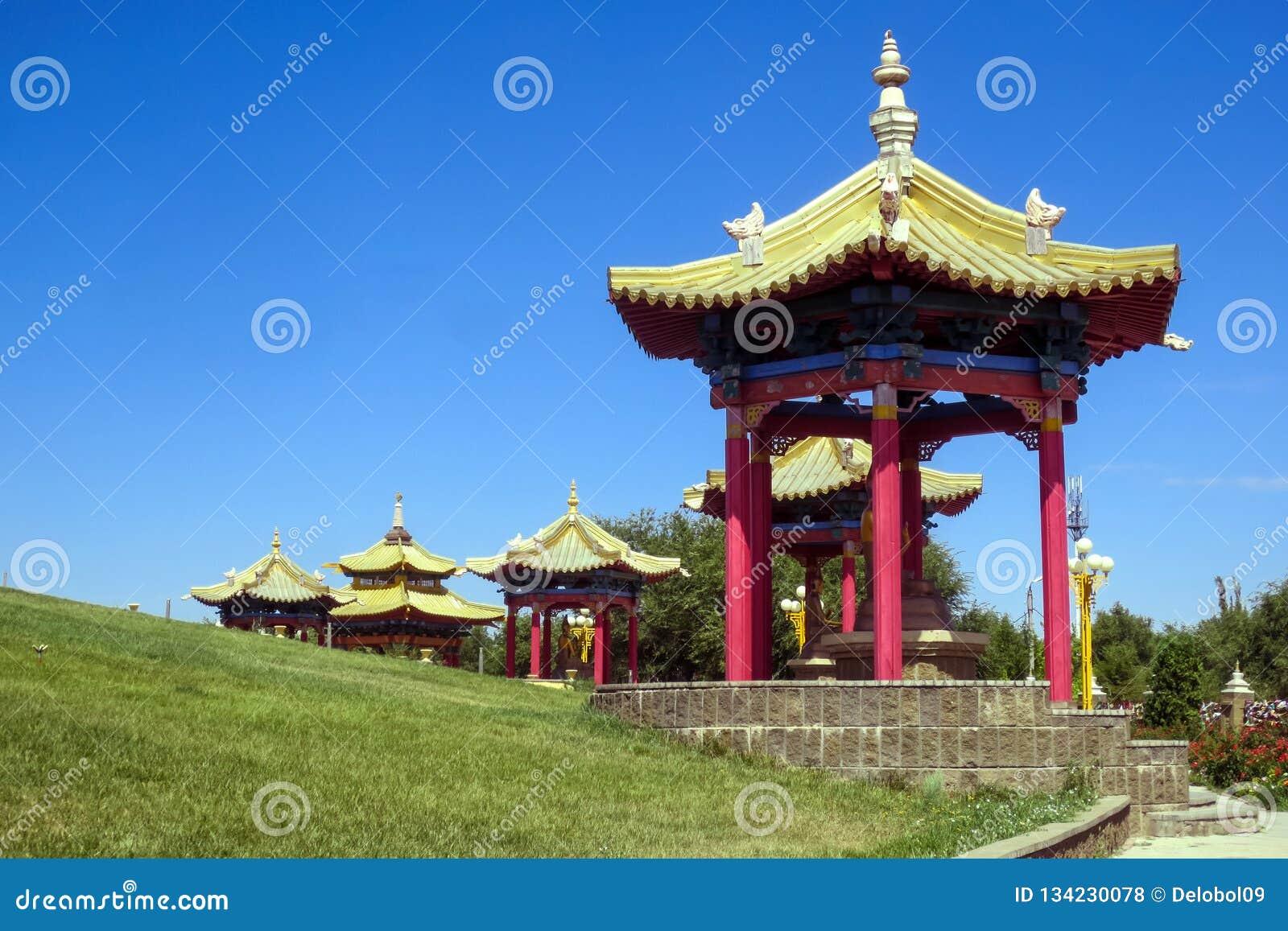 Pagode, domicílio dourado da Buda Shakyamuni, templo budista em Elista