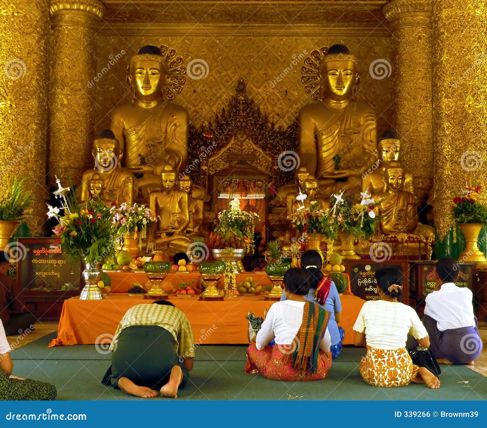 Pagodowi świątyni shwedagon wiernych