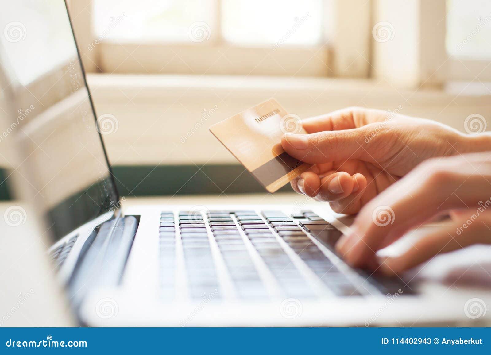 Pague en línea con código del promo de la tarjeta del descuento, haciendo compras