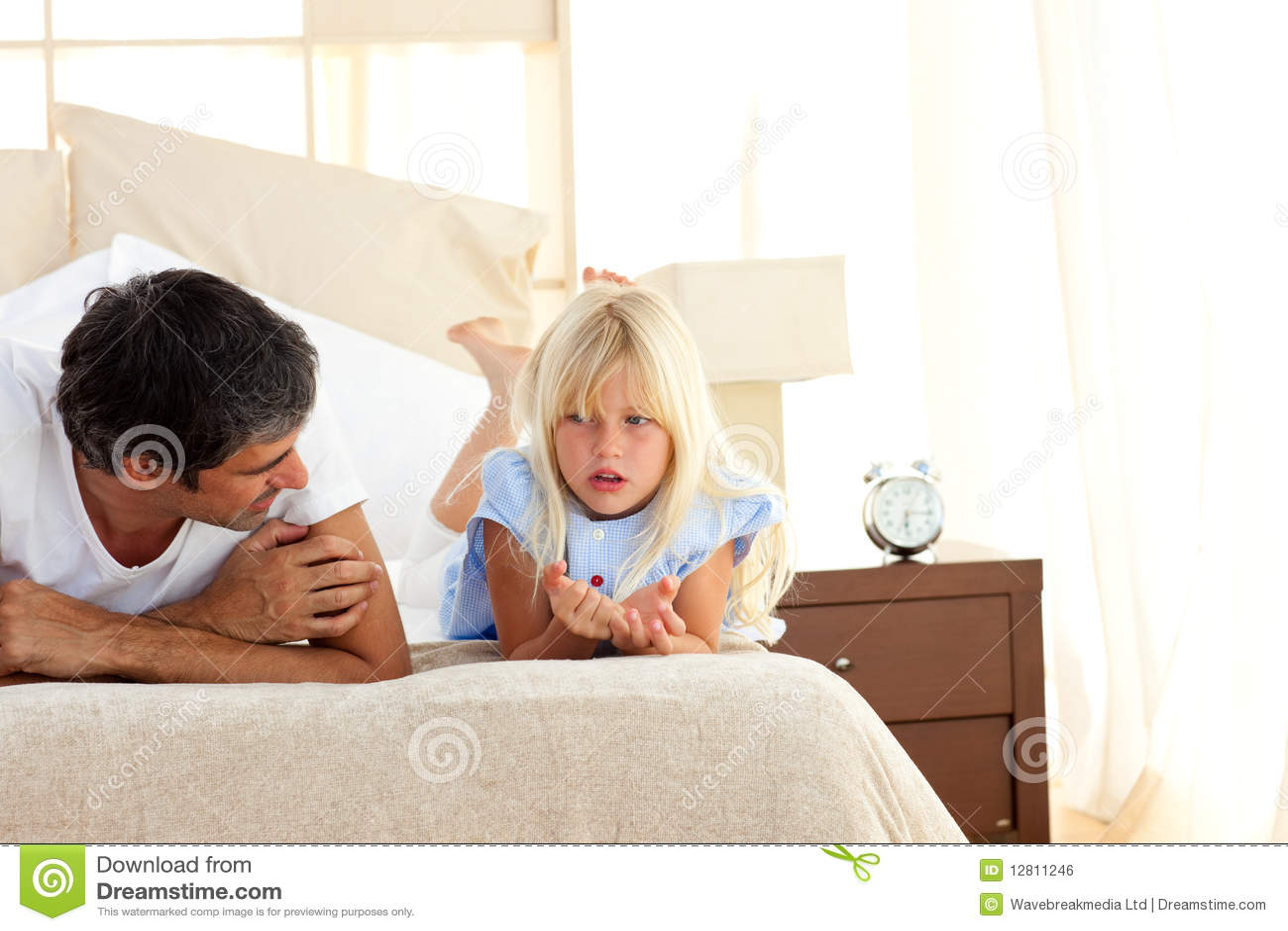 Pai atento que fala com sua filha