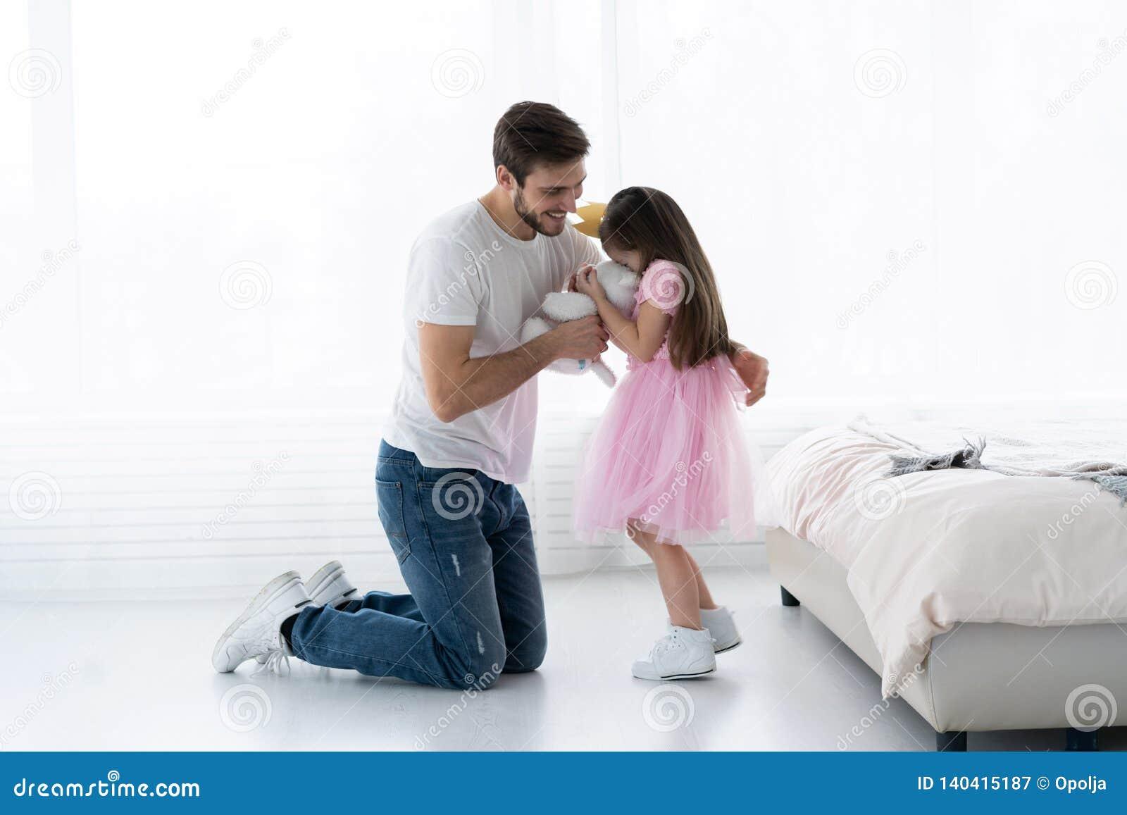 Pai Congratulates Daughter com dia o 8 de março feliz Filha e pai Smile Big Bear para a filha bonita