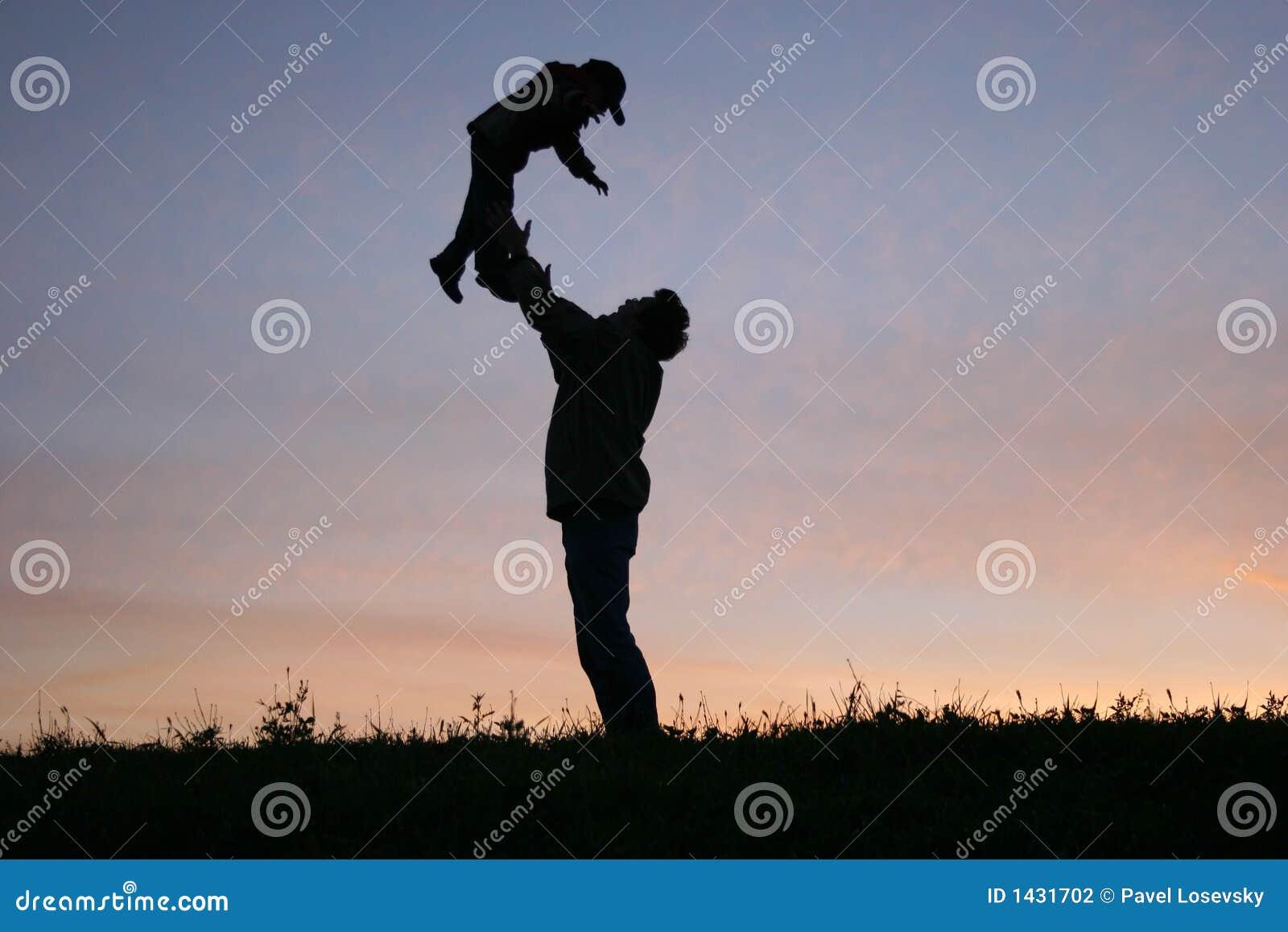Pai da silhueta com criança