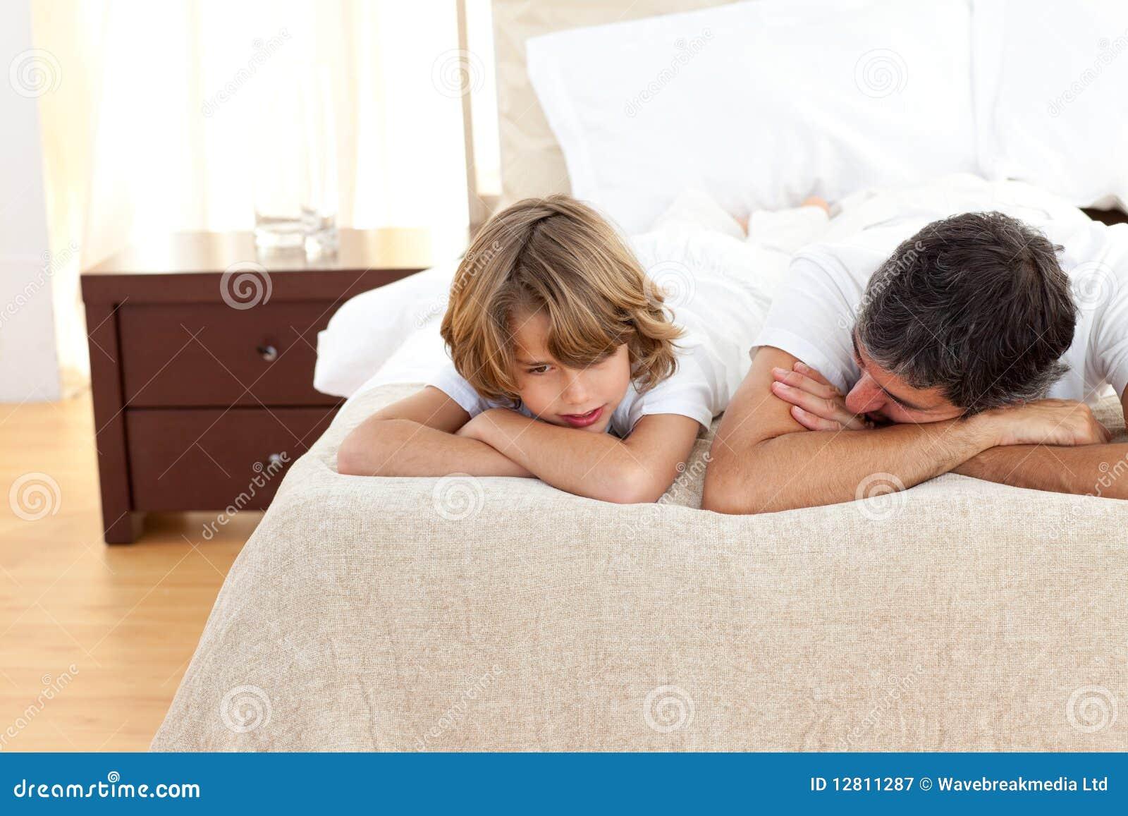 Pai de Earing que fala com seu filho que encontra-se na cama