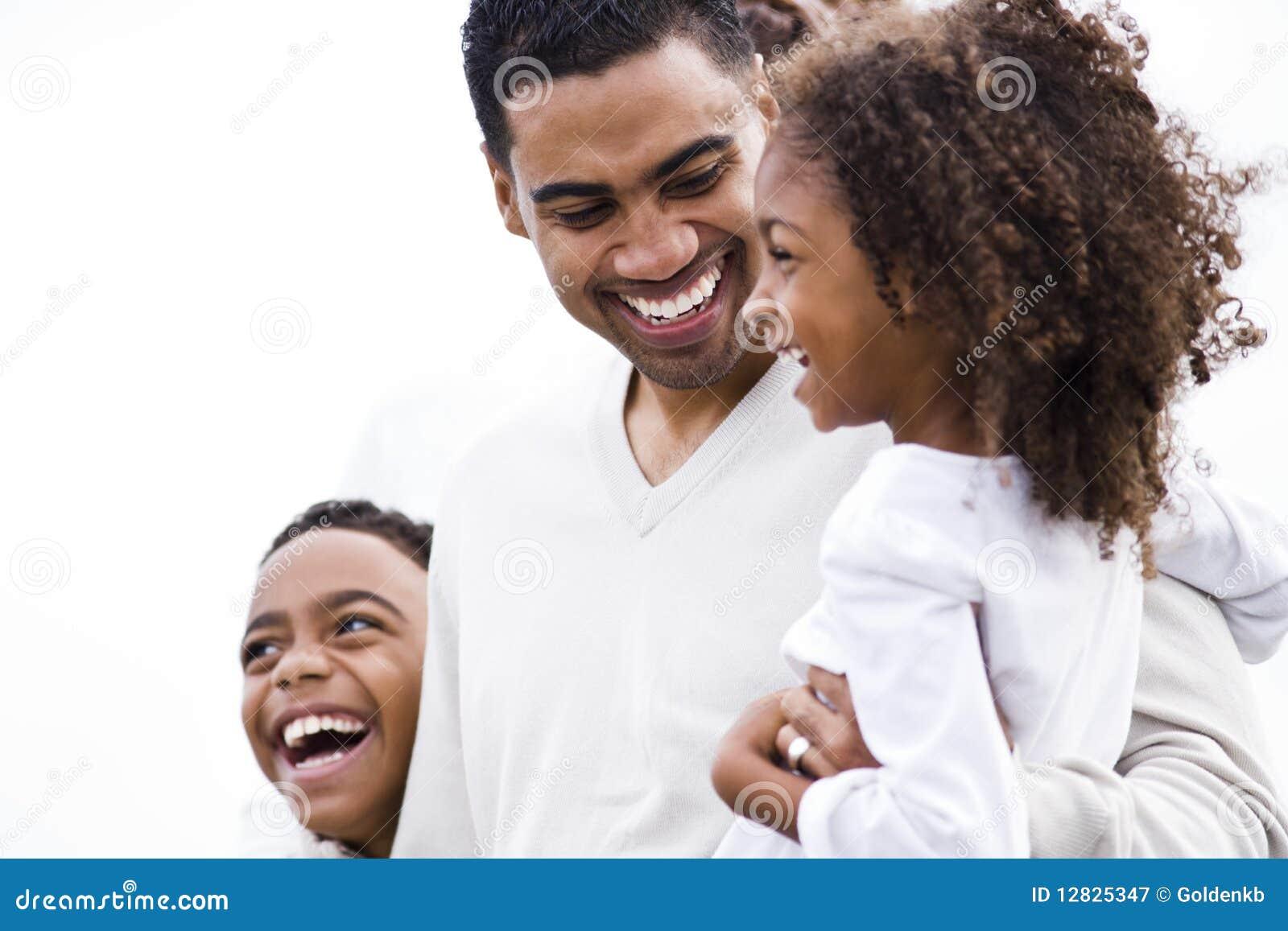 Pai do African-American do close up que ri com miúdos