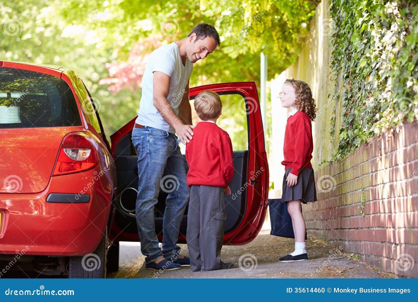 Pai Driving To School com crianças