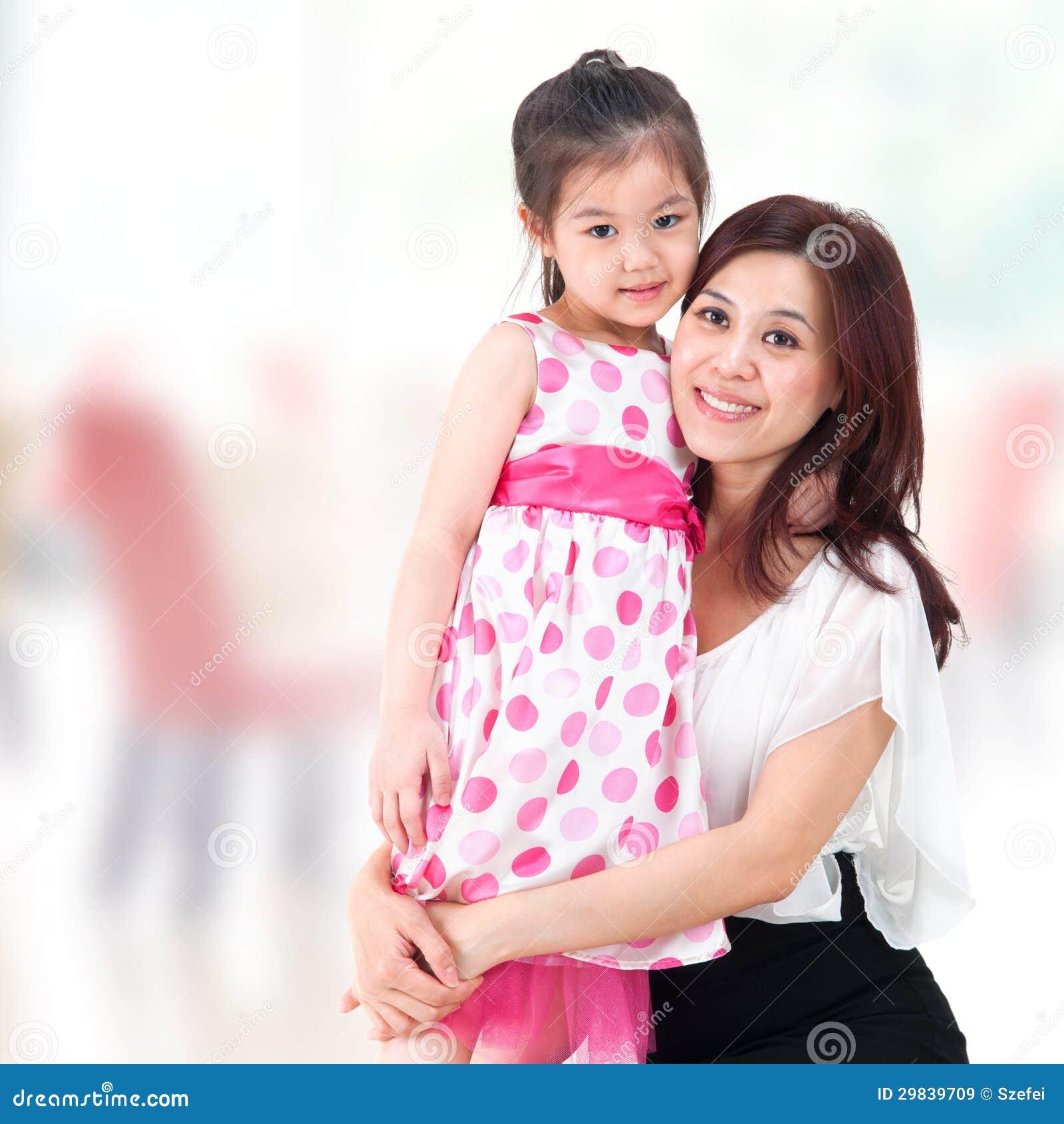 Mãe e filha em casa.