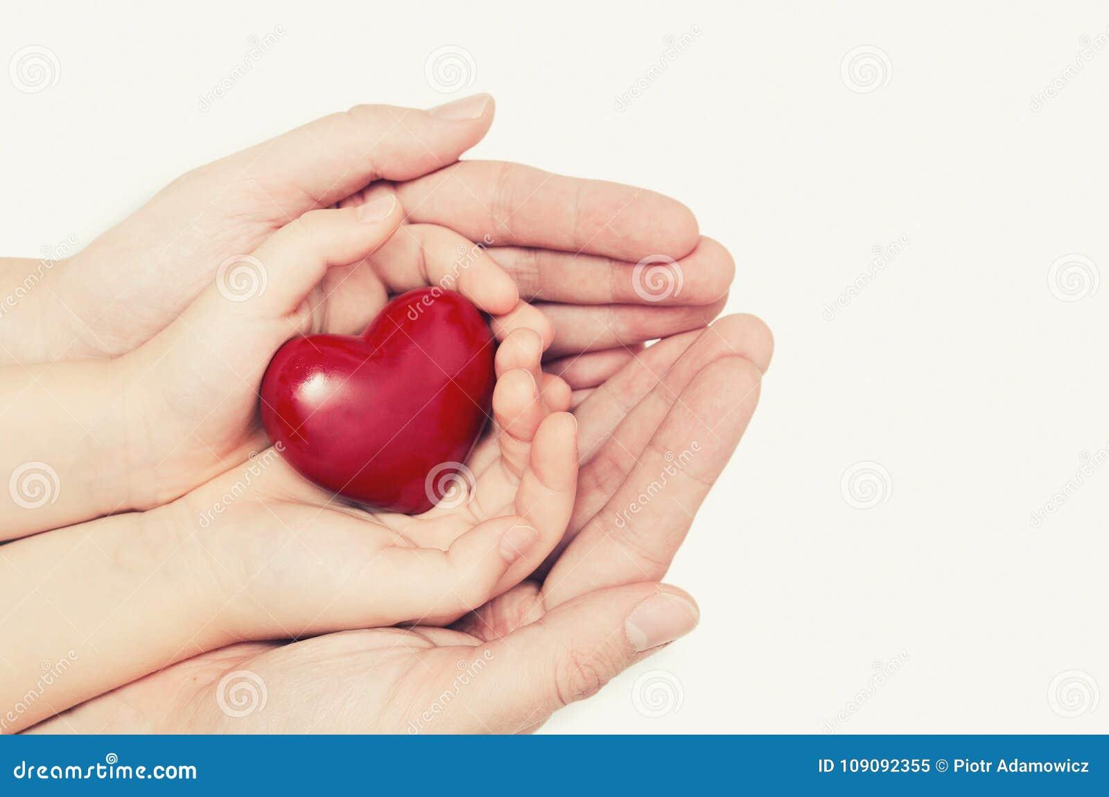 Pai e criança que mantêm o coração disponivel