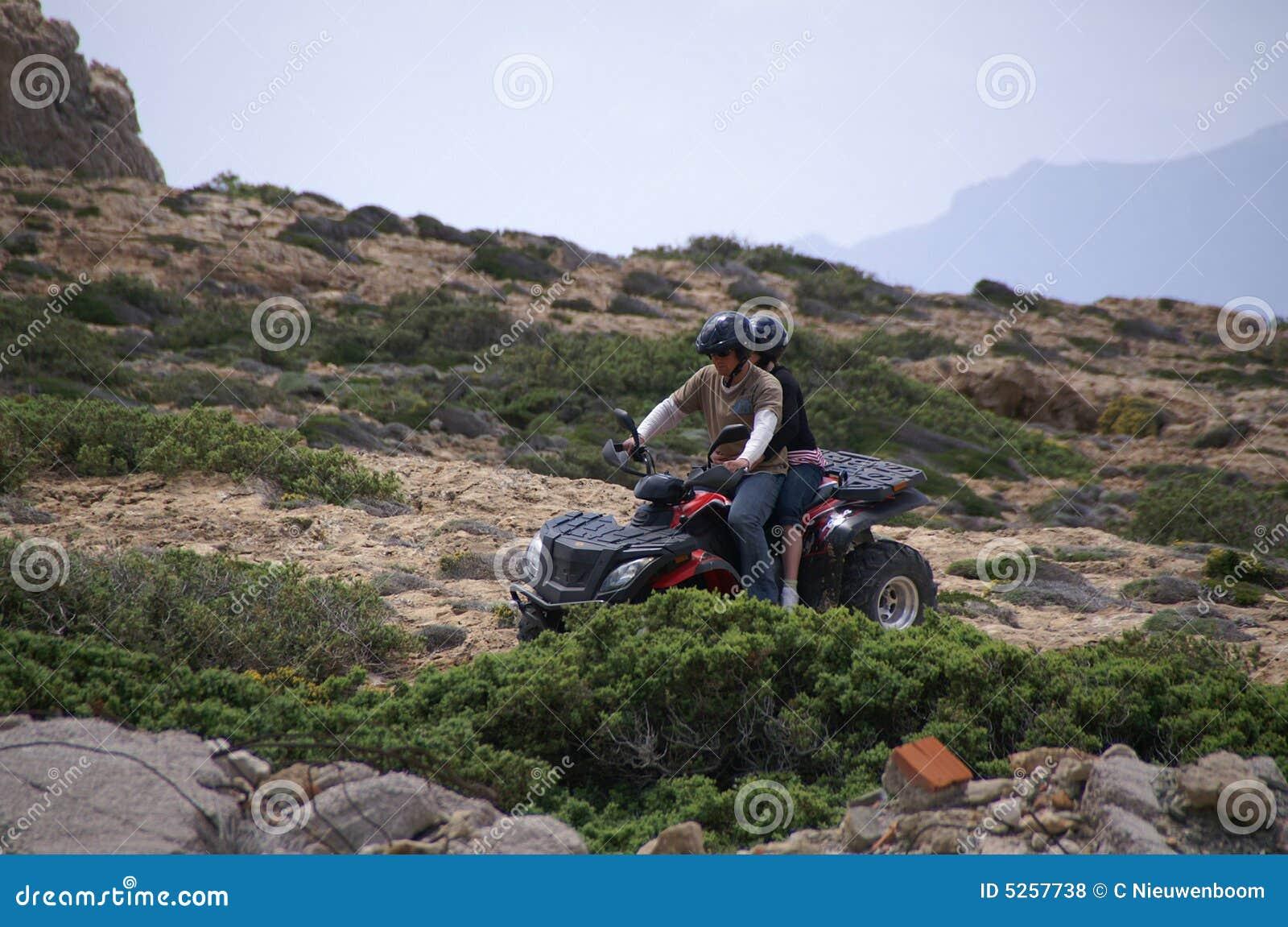 Pai e filha em um ATV