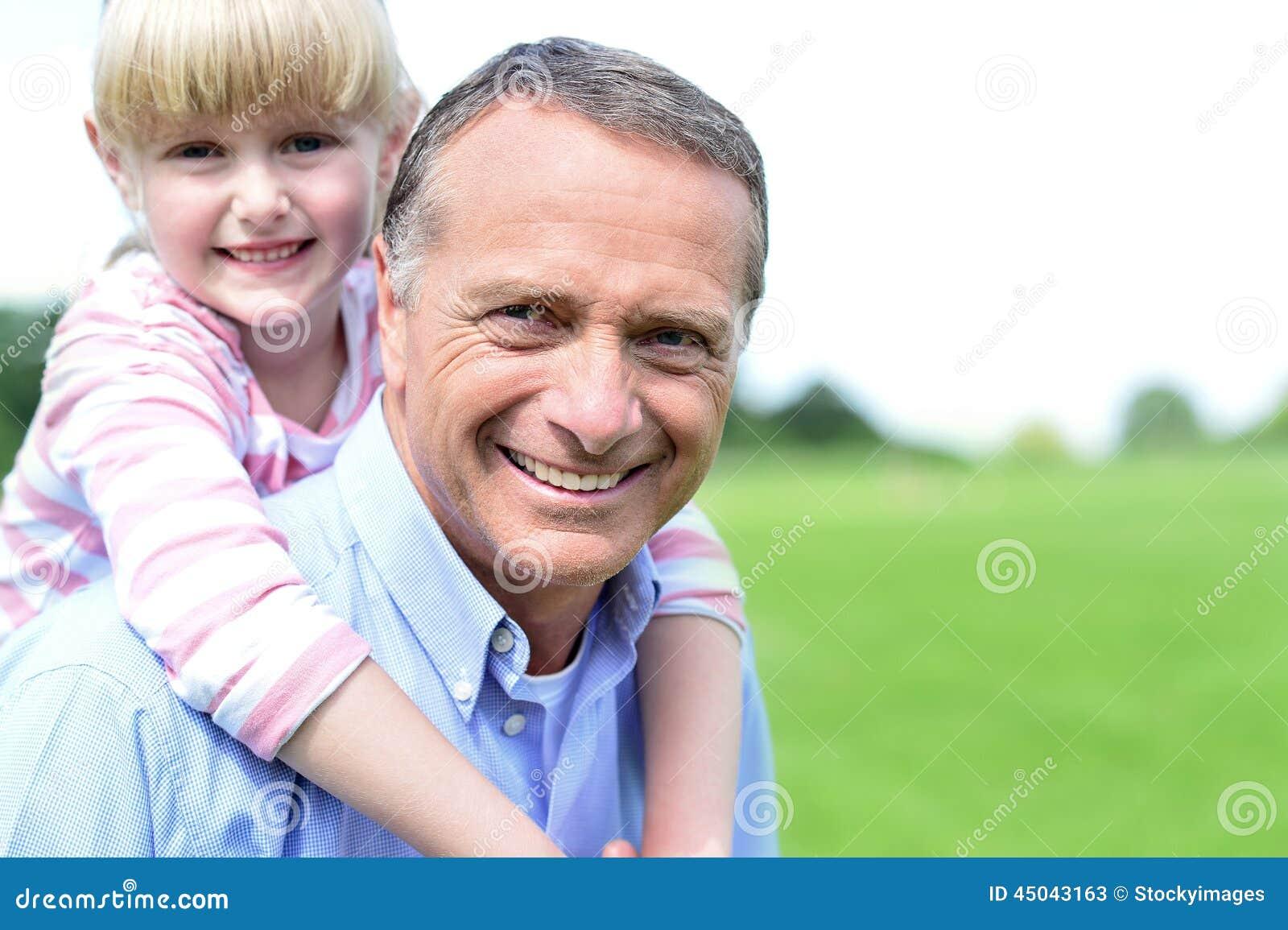 Pai e filha felizes em fora