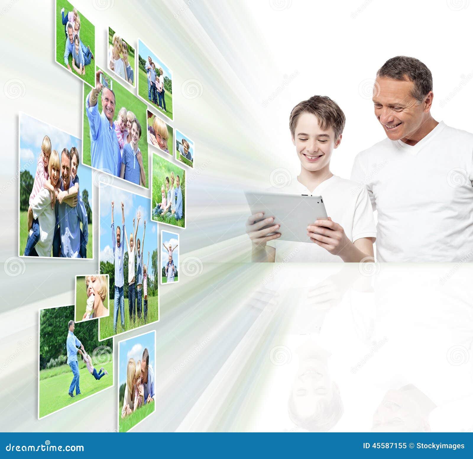 Pai e filho de sorriso que olham imagens