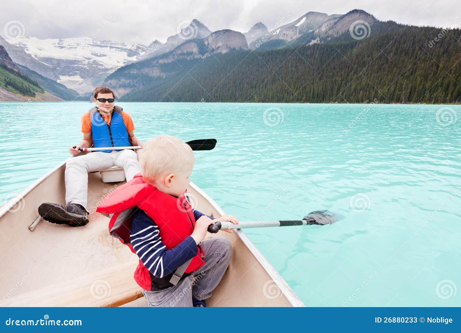 Pai e filho em um lago