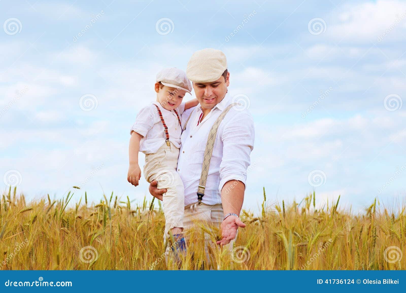 Pai e filho, fazendeiros no campo de trigo