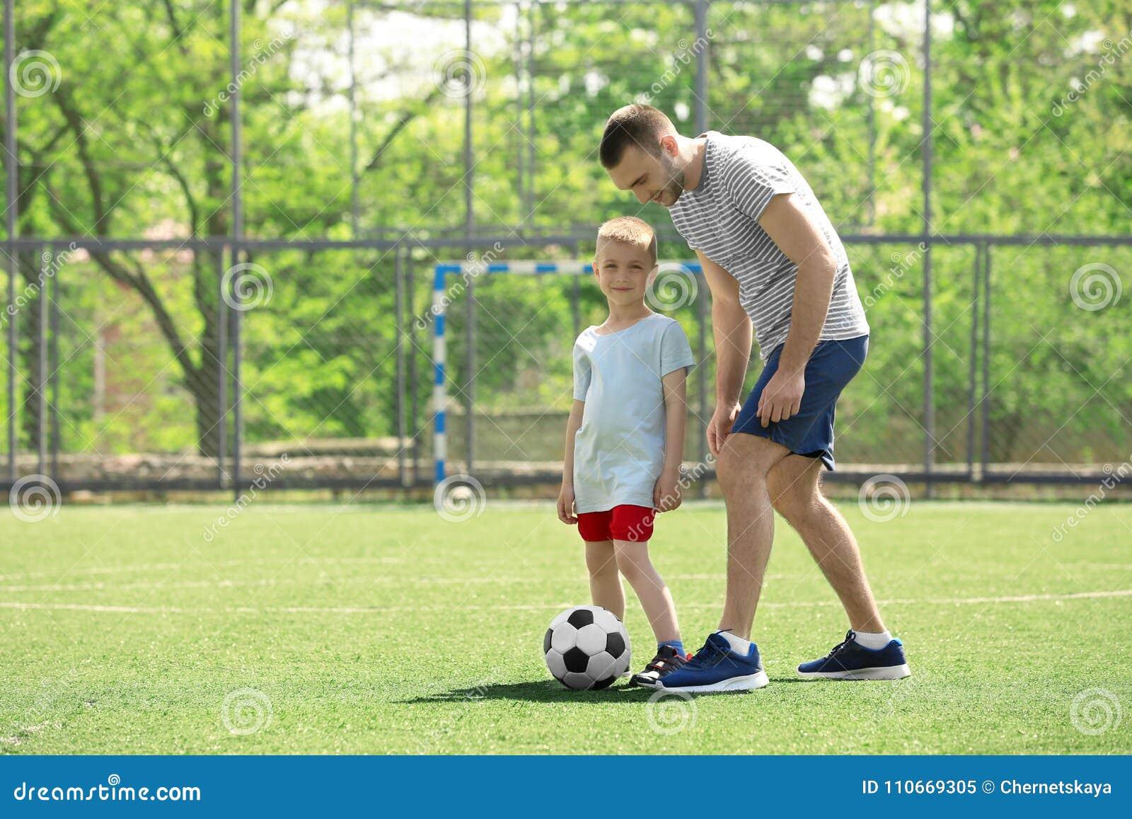 821cd956fa Pai E Filho Que Jogam O Futebol Imagem de Stock - Imagem de ...