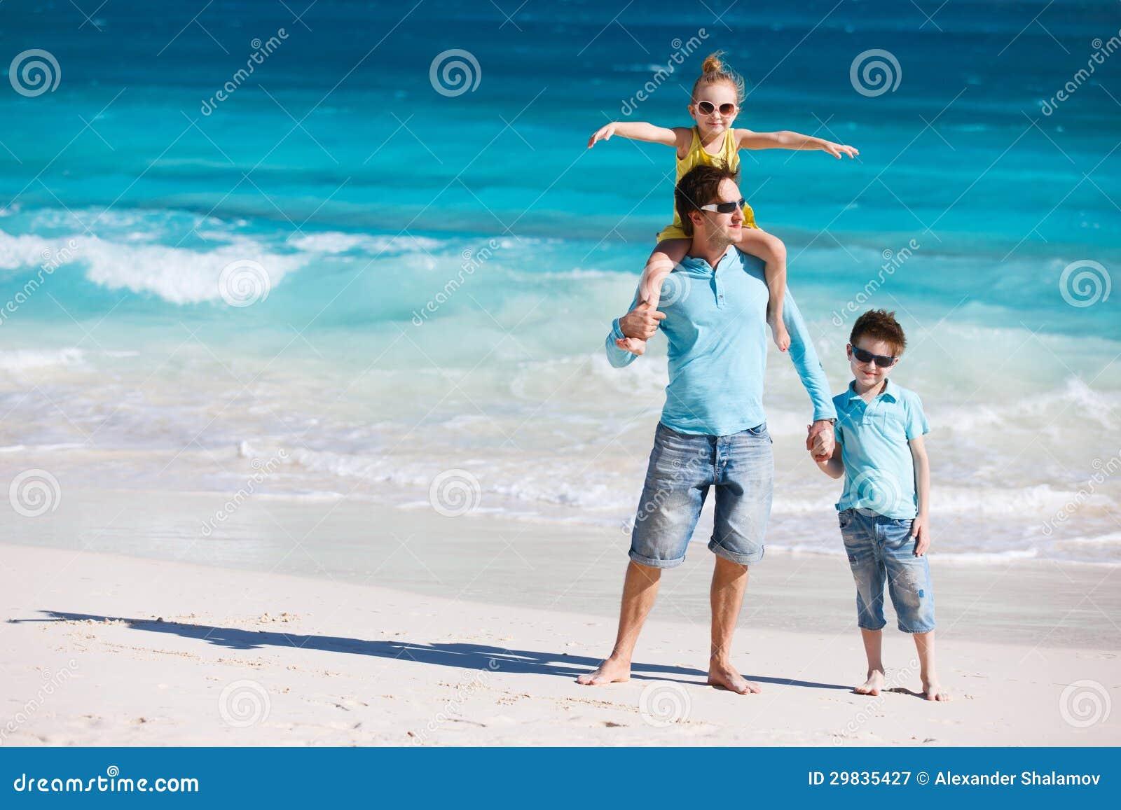 Pai e miúdos na praia