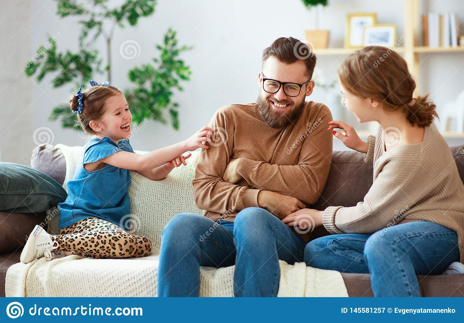 Pai feliz da m?e da fam?lia e filha da crian?a que ri da casa